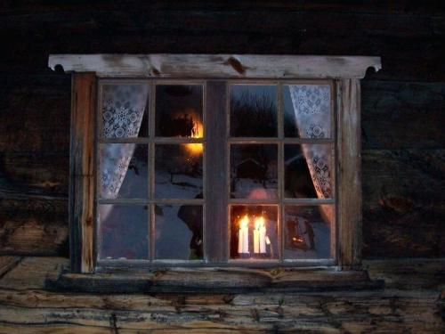 candle-in-window-candle-light-in-the-window-on-the-outside-looking-in-christmas-window-candle-lights-solar
